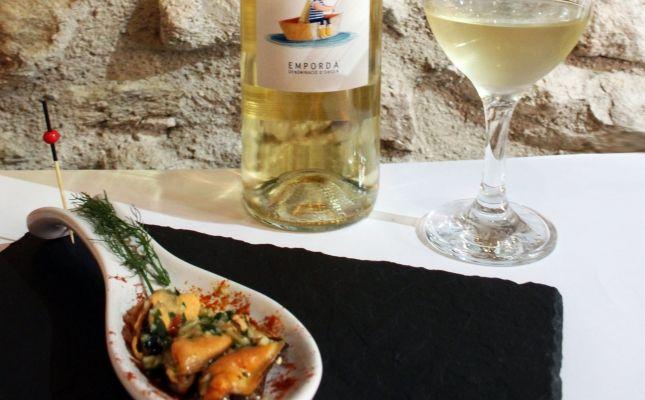 Tapa del celler Picasso amb un vi d'Oliveda