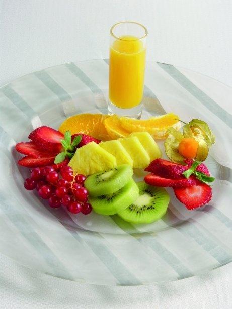 Amanida de fruites variades amb suc de taronja