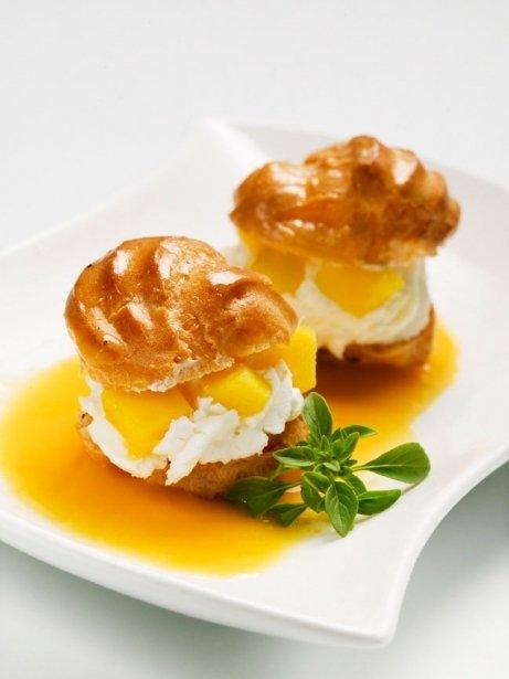 Lioneses de nata amb mango i almívar d'alfàbrega
