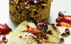 Bacalao a la brasa con arroz de butifarra negra y erizos de mar