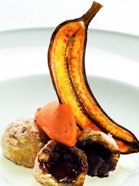 Buñuelos de chocolate con sorbete de tomate y albahaca