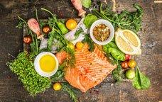 Filet de salmó amb herbes, vegetals, oli i espècies