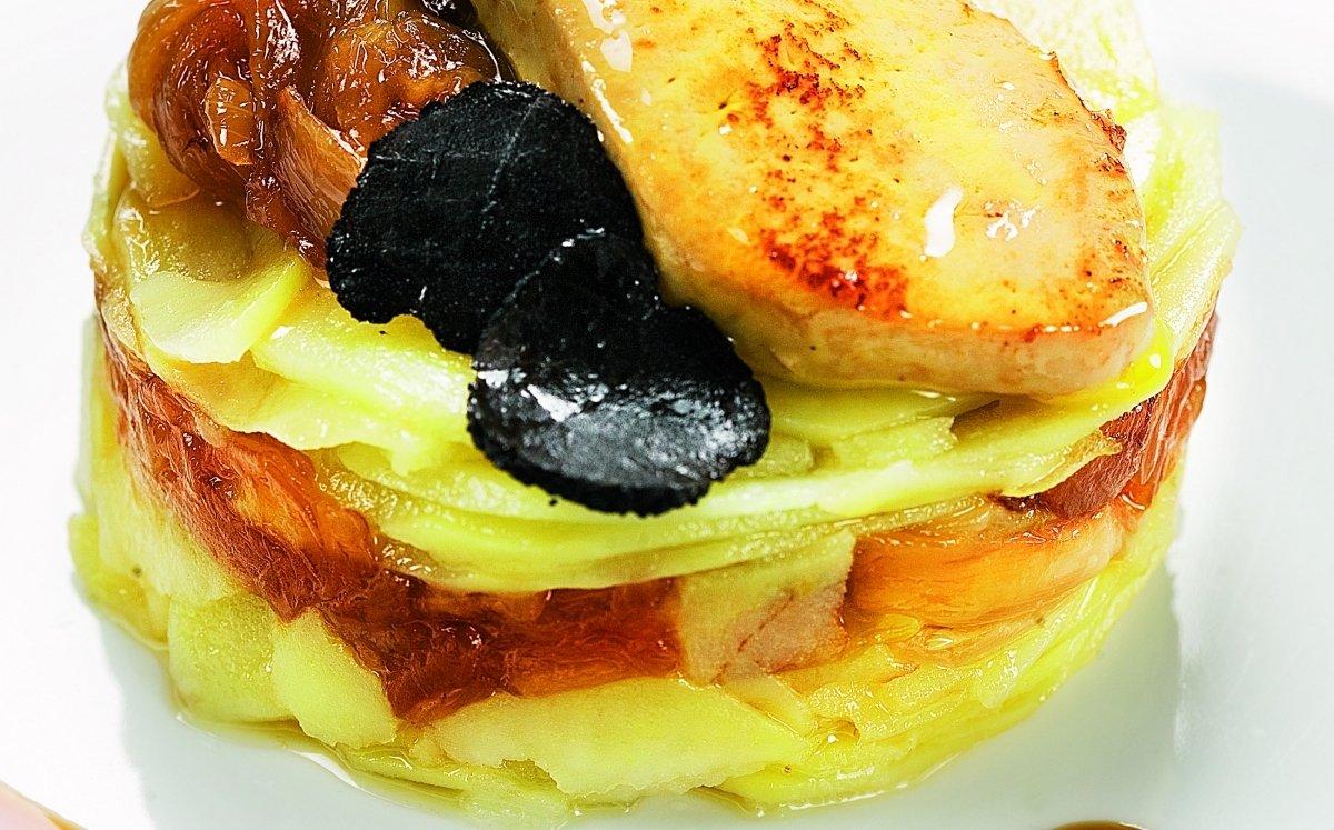 Lasanya de patata amb foie gras i ceba caramel·litzada