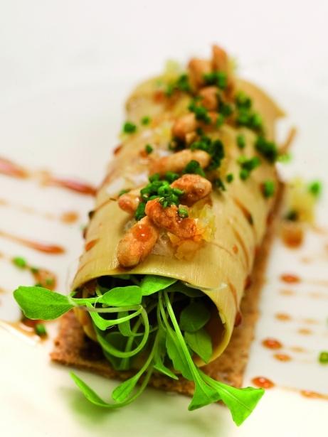 Foie gras marinat amb coca de llardons i pinyons garapinyats