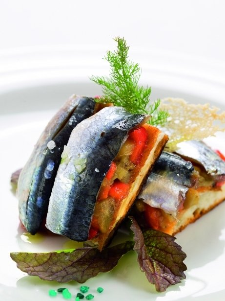 Coca de forner amb verdures i sardines