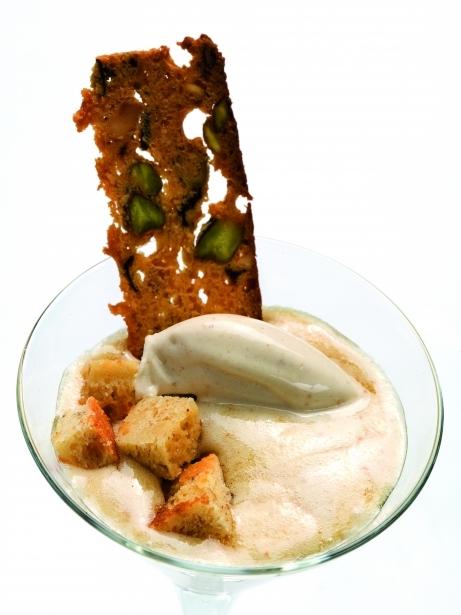 Gelat de rom i panses amb cruixent de brownie i crema