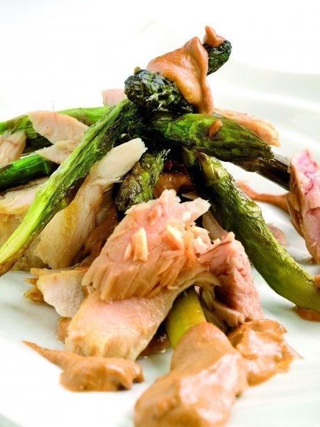 Espàrrecs verds amb ventresca de tonyina i romesco