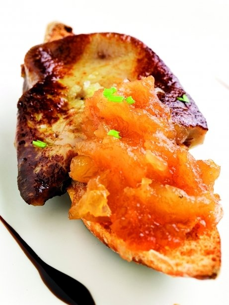 Tostadita de pan con foie y manzana
