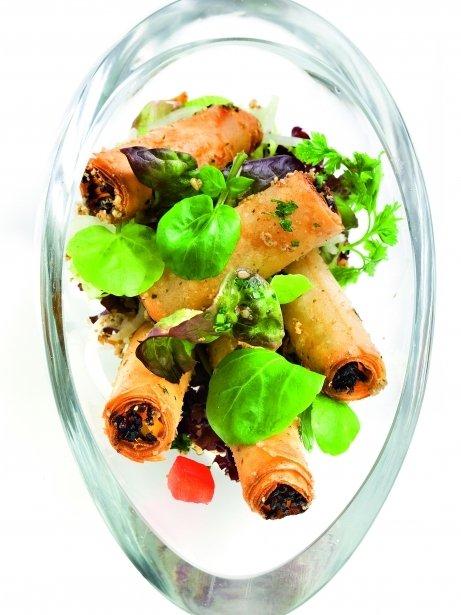 Amanida amb rotllets de verdura i salsa oriental