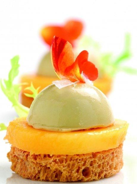 Bombón de foie y mango sobre tostada crujiente