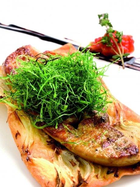 Coca de pan con cebolla y foie gras
