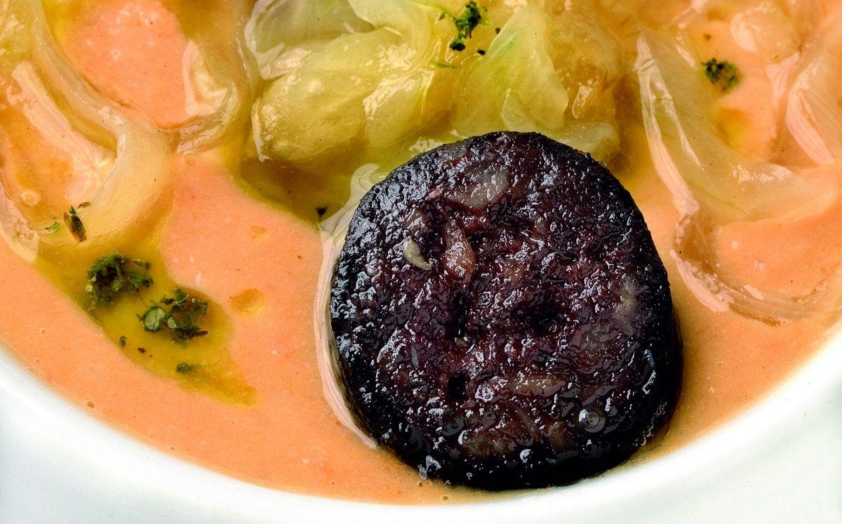 Crema freda de cigrons amb botifarra negra i ceba ofegada