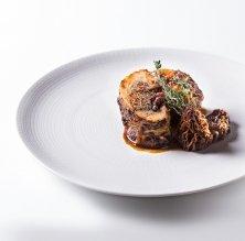 Gall negre del Penedès farcit de rovellons i múrgoles del restaurant Miquel Soria