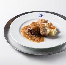 Cuixeta de gall negre del Penedès farcida de calçots i prunes del restaurant El Gat Blau