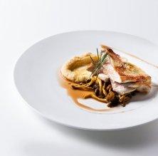 Pit de gall negre del Penedès amb xarel•·lo del restaurant El Cigró d'Or