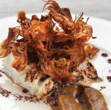 Morro de bacallà a la planxa amb dues textures de carxofes i olivada negra