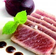 Ventresca de tonyina amb cassís balsàmic i emulsió de citronel·la