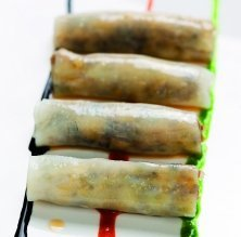 Canelons de sípia farcits de llagostins i bolets amb vinagreta