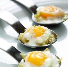 Ous de guatlla escumats amb ceba i cremós de formatge de cabra