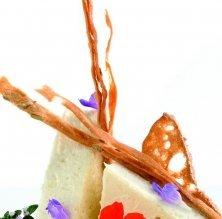 Mousse d'Idiazabal fumat amb salsa de nous i flors