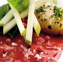 Brou marinat amb peres i pebre rosa