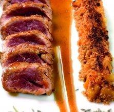 Filet de porc ibèric amb gratinat d'albercocs i emulsió d'espígol