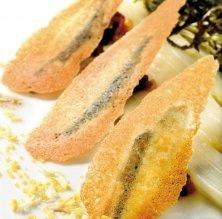 Espàrrecs blancs i anxoves en crosta amb xicoies de sota neu