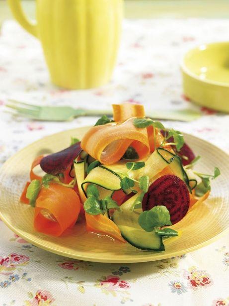 Amanida de cogombre, pastanaga, remolatxa i créixens