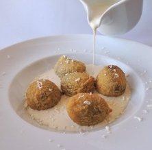 Sopa de chocolate blanco con buñuelos