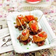 patates amb ceba caramel·litzada al vi negre i salsa brava