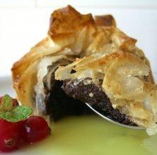 pastís crixent de xocolata amb sopa de pinya