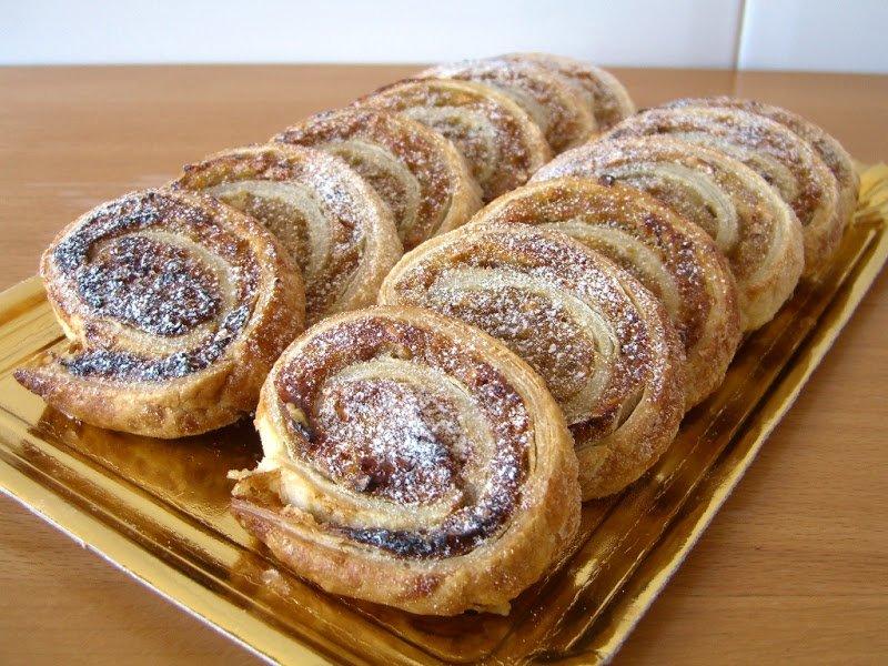 Espirals de pasta de full amb plàtan, ametlla i xocolata