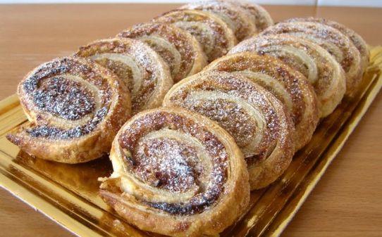Espirales de hojaldre con plátano, almendra y chocolate