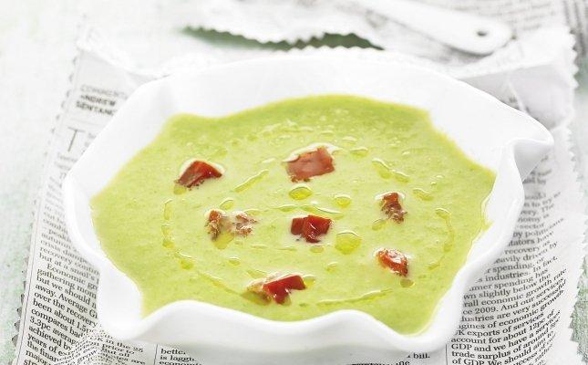 Crema fria de esparragos verdes con tomates secos