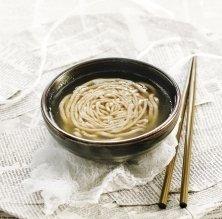 Consomé de pollastre i 'noodles' de fajol