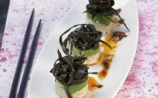 'Nigiri' con aguacate y espaguetis de mar