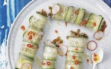 Rotlles de paper d'arròs i cogombre farcits de llenties i verdures crues