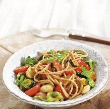 Espaguetis amb all negre i tomàquet fresc