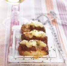 Tapeta de sobrassada amb pera i formatge de cabra gratinat