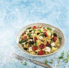 Tallarines amb tomàquets rostits amb all, recuit de cabra i olives
