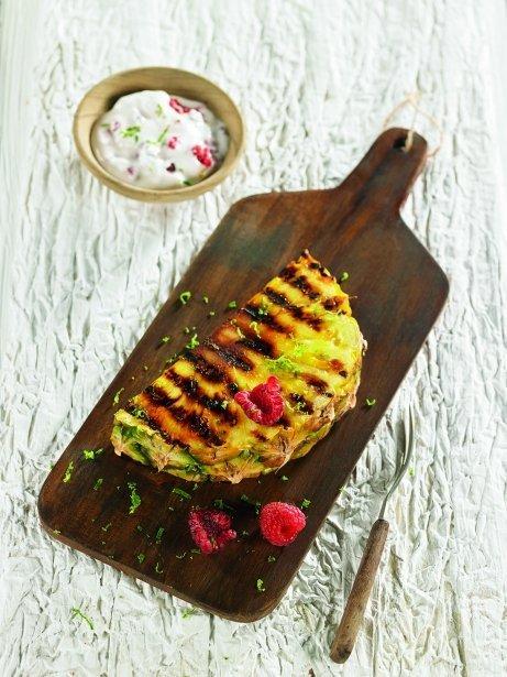 Piña a la plancha con lima, yogur y frambuesas