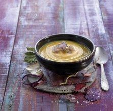 Crema de moniato amb xips de patata violeta i oli d'alfàbrega