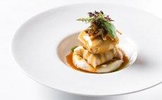 Ravioli de gall negre del Penedès amb Parmentier de patata i tòfona negra, camagrocs i glaça de rostit