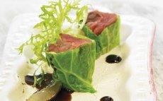 'Sushi' de col con pato y salsa de uva