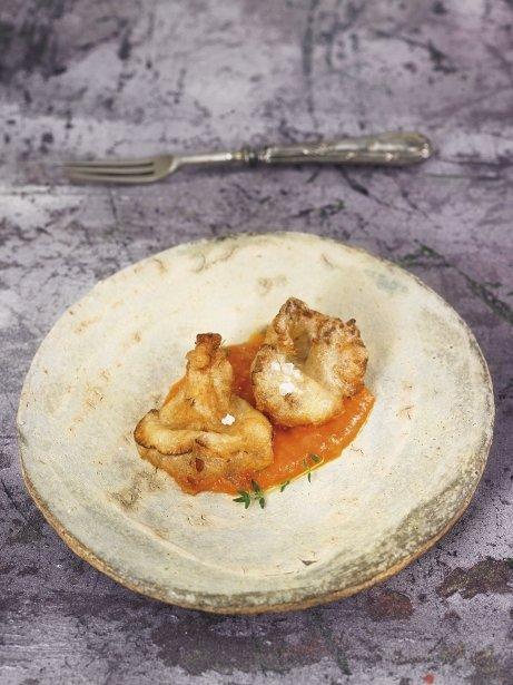 Rossinyols en tempura amb salsa de gaspatxo