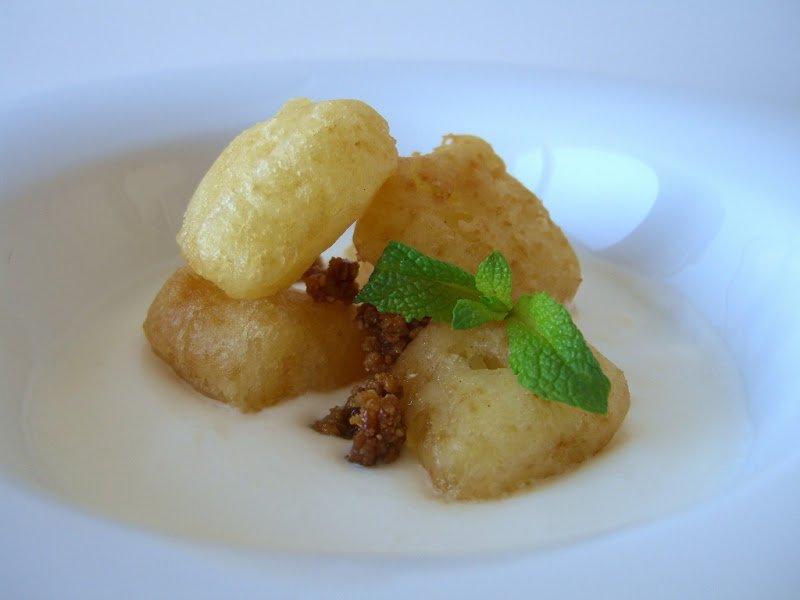 Sopa de coco amb tempura de pinya i crocant de pa