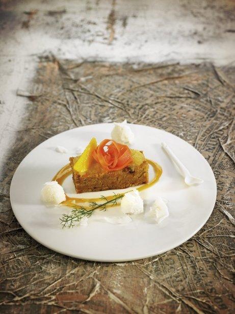Pan de pellizco de zanahoria con crema de naranja y helado natural