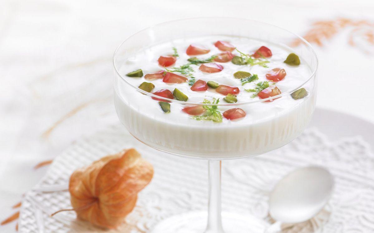 Sopa de xocolata blanca, iogurt, magrana fresca, festucs i llima