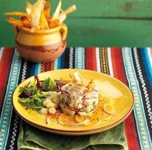 Cebiche modern de llobarro amb xips de iuca i moniato