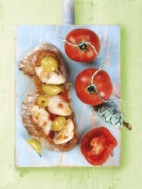 Rape frito con pan con tomate y uva